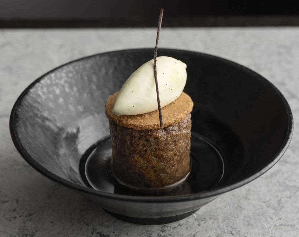 Whisky rye pudding in a black bowl